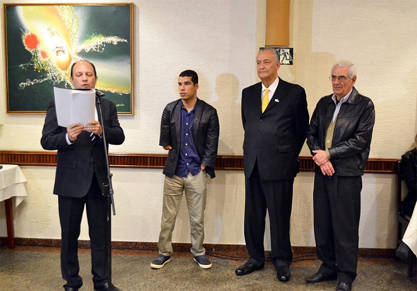 Membros do comitê executivo e da diretoria condecoram homenageados